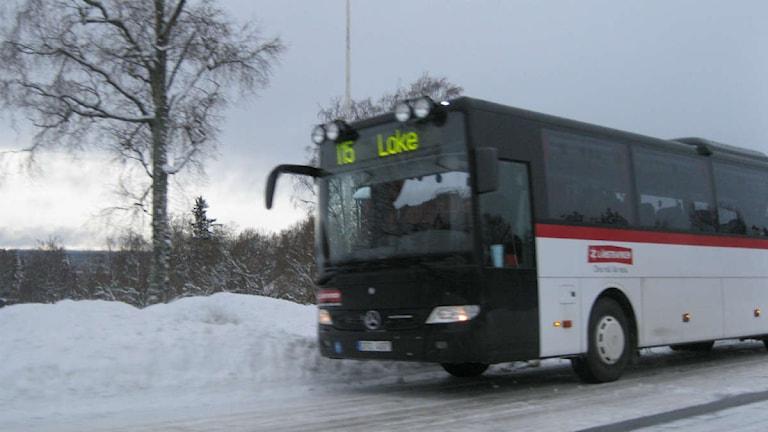 En buss från Länstrafiken som tvingats stanna på grund av det hala väglaget. Foto: Marcus Frånberg/Sveriges Radio.