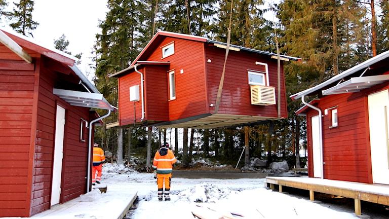 Mindre hus som lyfts med byggkran i Torvalla.