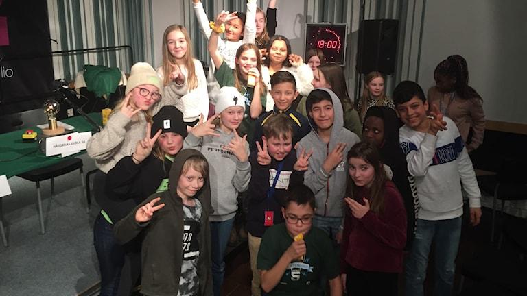 En glad femteklass sträcker upp händerna efter vinst i Vi i femman