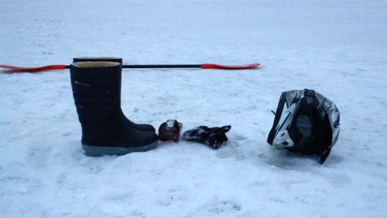 Persedlar som fiskats upp från vattnet där skotrarna sjönk. Foto: Pelle Zackrisson