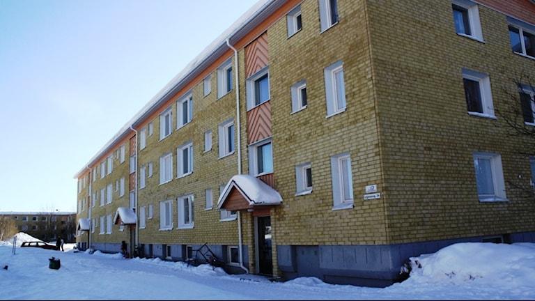 Här utanför ett hus i Tingvalla i Strömsund blev mannen skjuten igår. Foto: Anna Ahlström SR.
