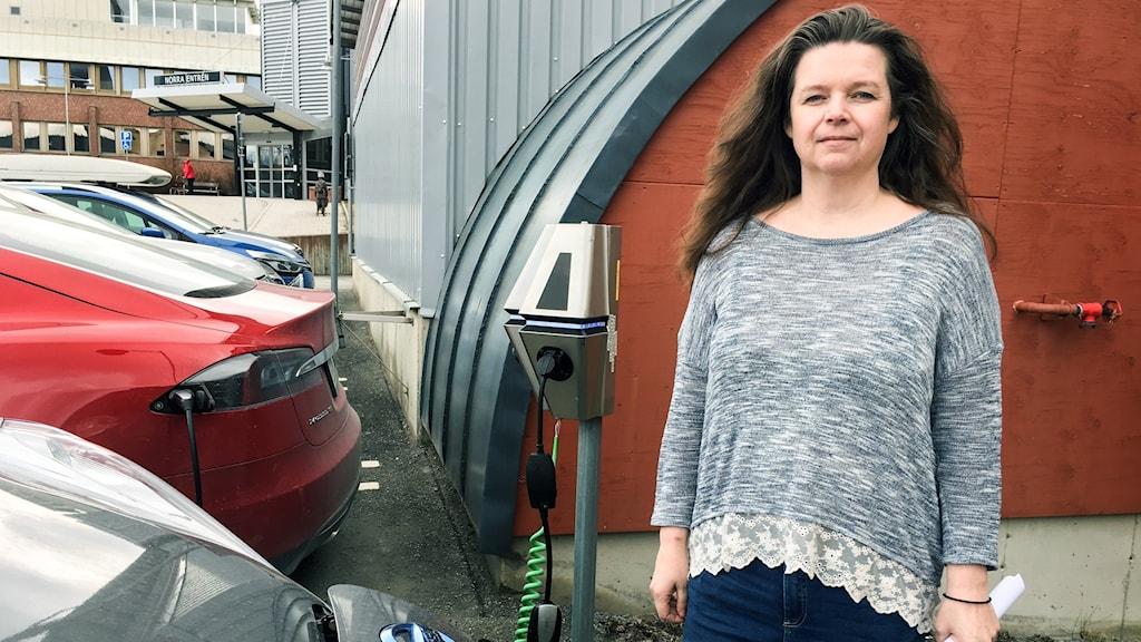 kvinna vid bilparkering Östersunds sjukhus.