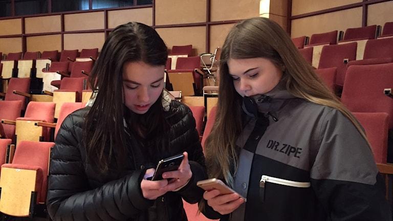 Felicia W Eriksson, Strömsund och Klara Olsson, Hammerdal. Båda går i årskurs 8 och använder sociala medier flitigt varje dag.