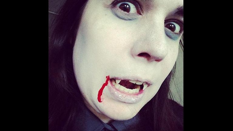Nördpanelens Linda Hedenljung som vampyr.