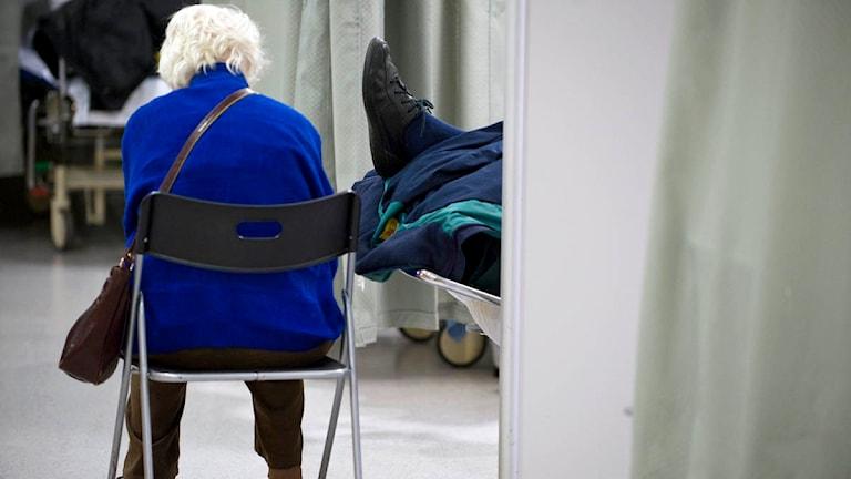 En kvinna sitter med ryggen vänd