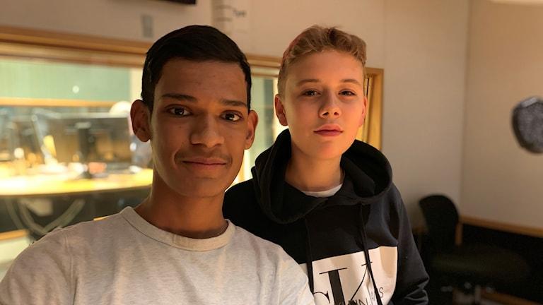 Två killar i ett rum
