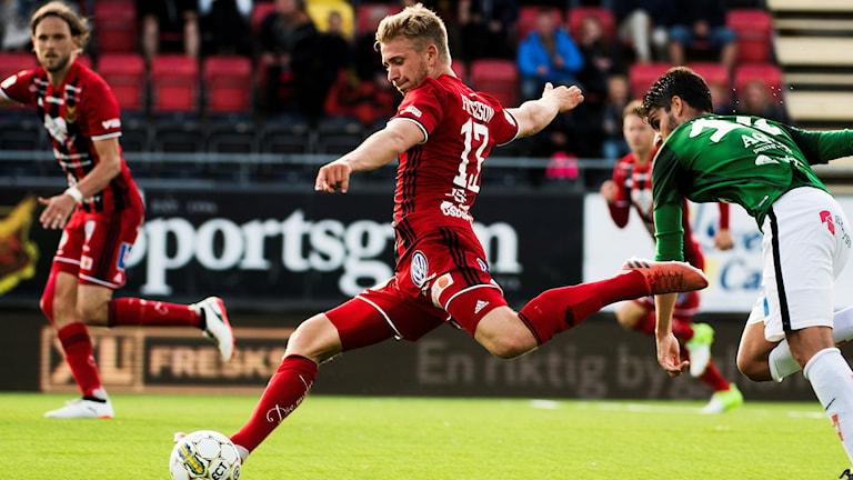 Fotbollsspelaren Ludvig Fritzson i Östersunds Fotbollsklubb med bollen i matchsituation