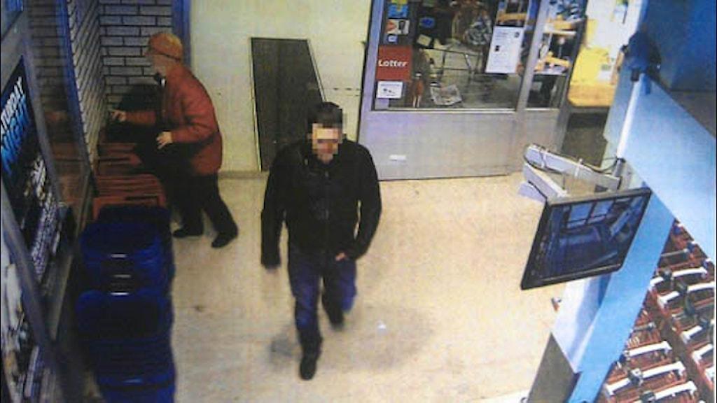 Bild på en man från övervakningskamera.