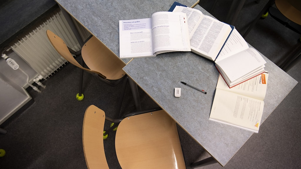 ett bord med skolböcker på