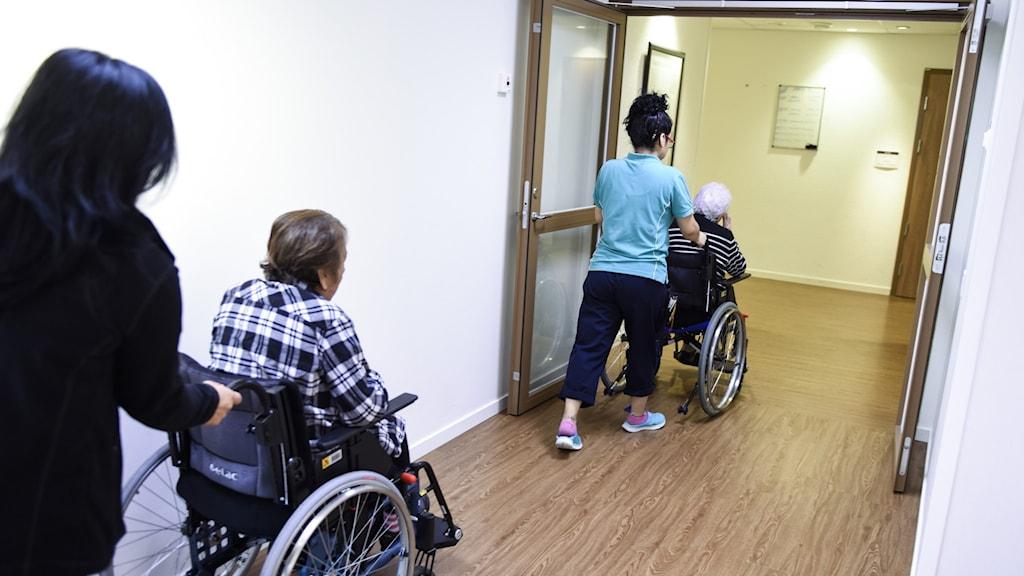 Äldre på ett äldreboende i rullstol.