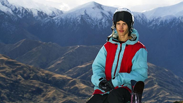 kille med hjälm och slalomskidor