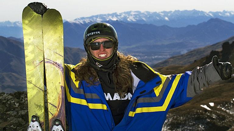 skidåkare poserar med slalomskidor