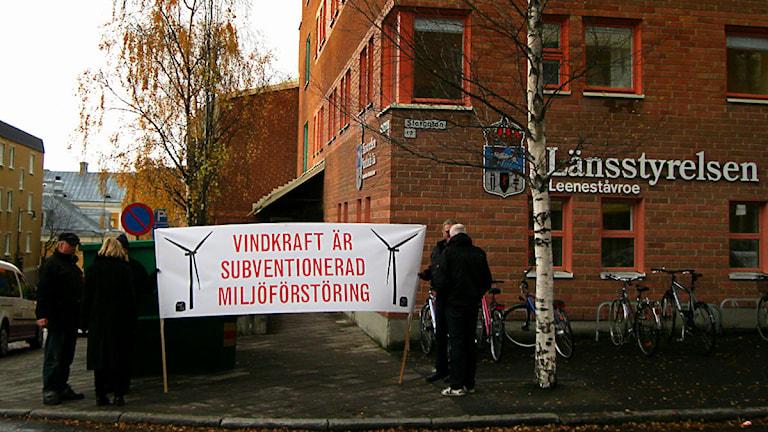 Föreningen Svenskt Landskapsskydd demonstrerar mot vindkraft framför Länsstyrelsen i Östersund.