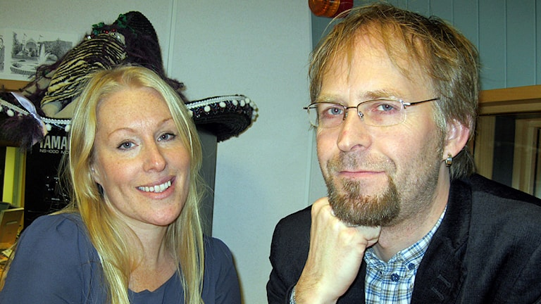 en blond kvinna och man med glasögon