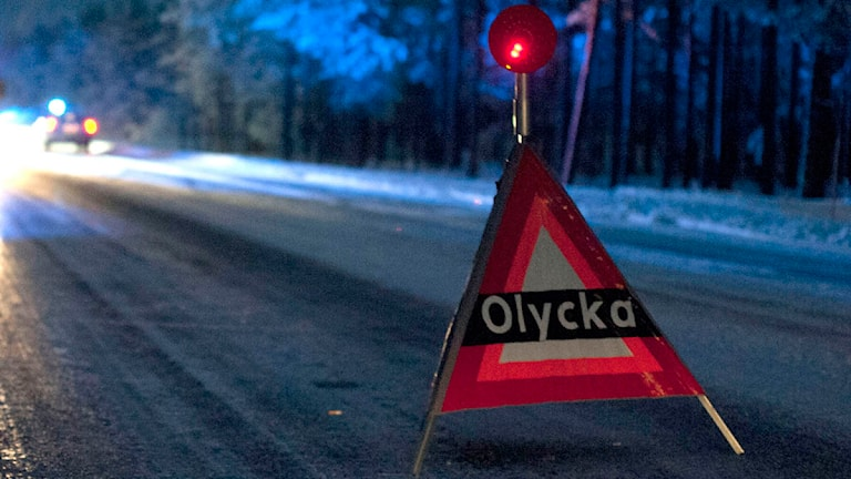 Varningsskylt med texten olycka uppställd på en väg