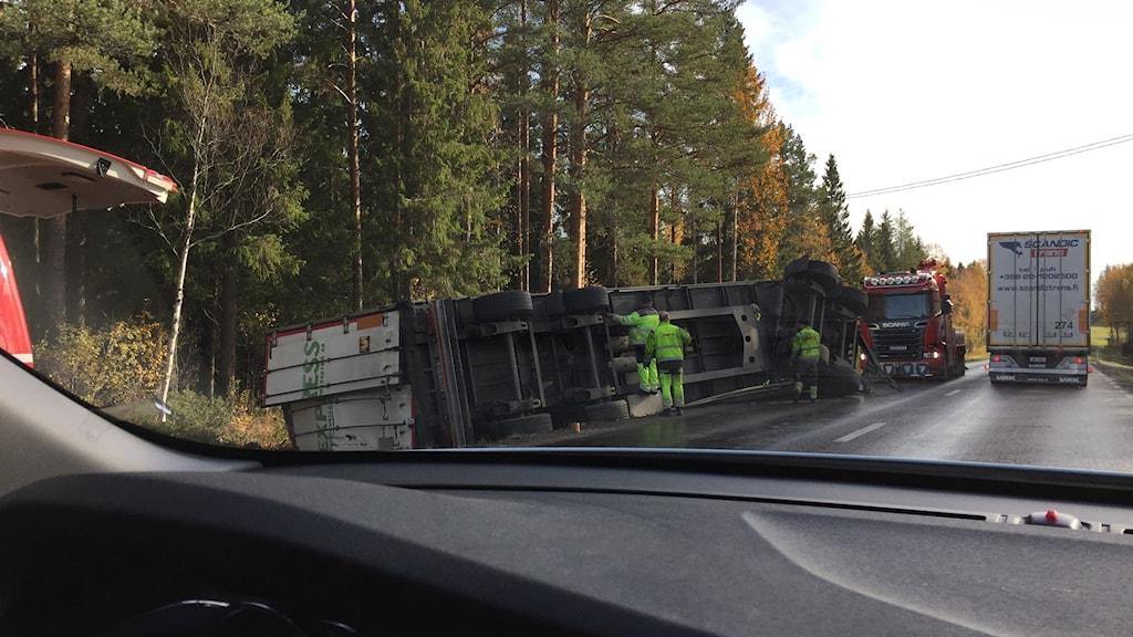 lastbil ligger på sidan av vägen