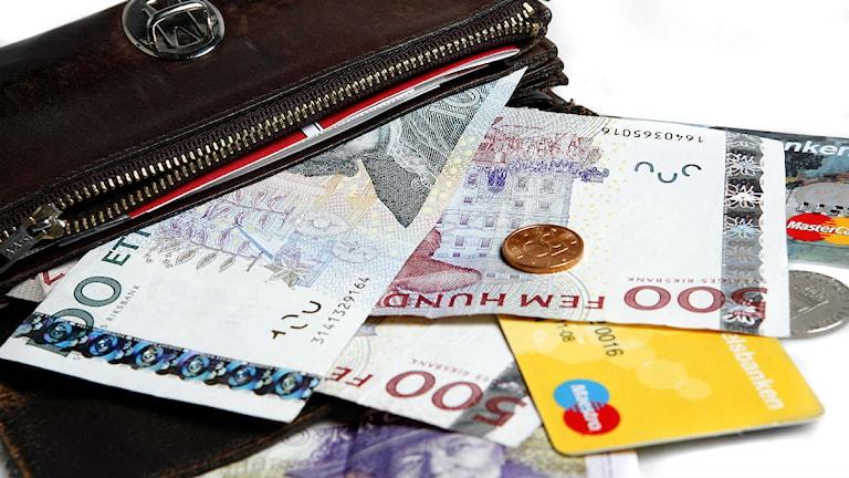 Öppnad plånbok med lösa sedlar samt visa-kort. Foto:Mona-Lisa Djerf/SvD/Scanpix