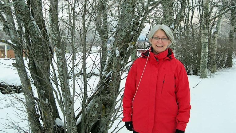 IT-pedagogen Åsa Hofsten står utanför radiohuset i Odensala i vinterlandskap. Foto: Lindha Olofsson/Sveriges Radio Jämtland