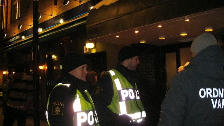 Louise Gunnarsson och Ulf Pettersson brottsförebygger bara genom att visa upp sig i uniform och väst. Det visar polisens statistik. Foto: Britt-Inger Hellström.
