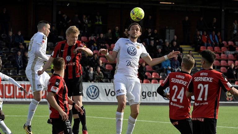 Östersunds Tom Pettersson nickar under måndagens fotbollsmatch i allsvenskan mellan IF Brommapojkarna och Östersunds FK på Grimsta IP.