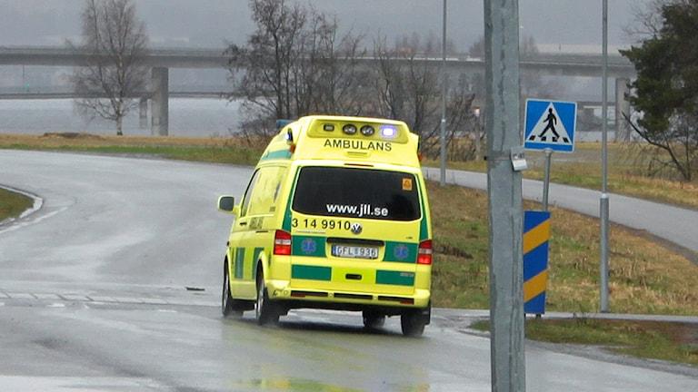Ambulans på väg mot lasarettet. Foto: Janne Mårdberg/Sveriges Radio
