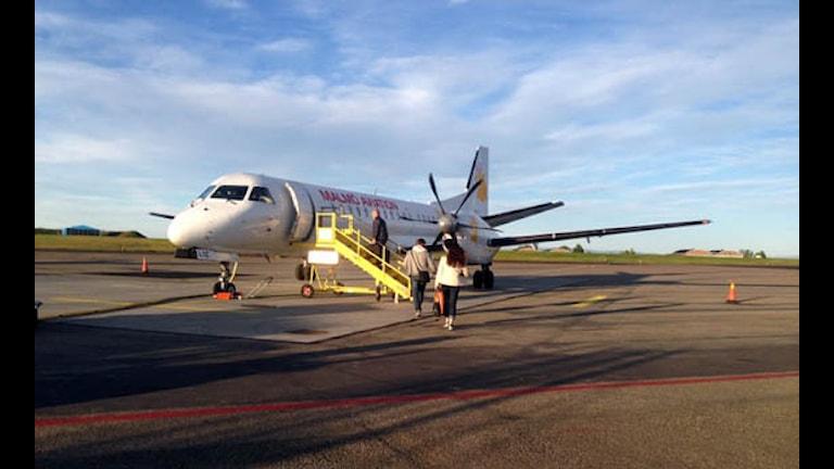 Passagerare går ombord på flygplanet