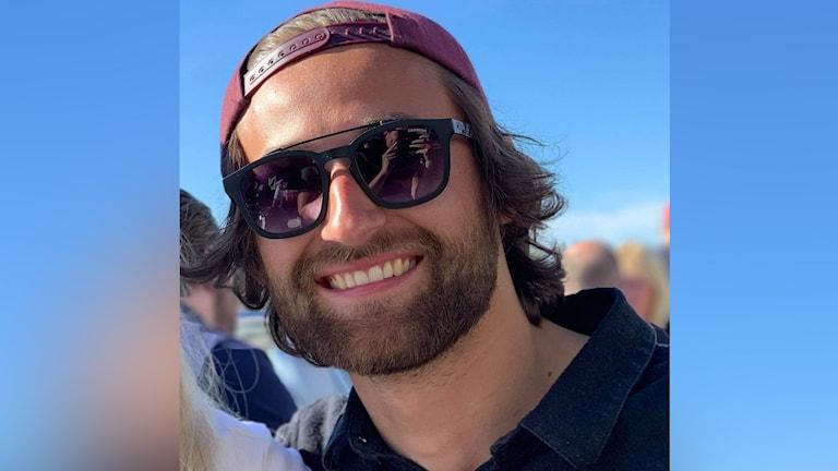 Simon Hedström som är Årets barnrättskämpe, i röd bakåtvänd keps och mörka solbrillor.