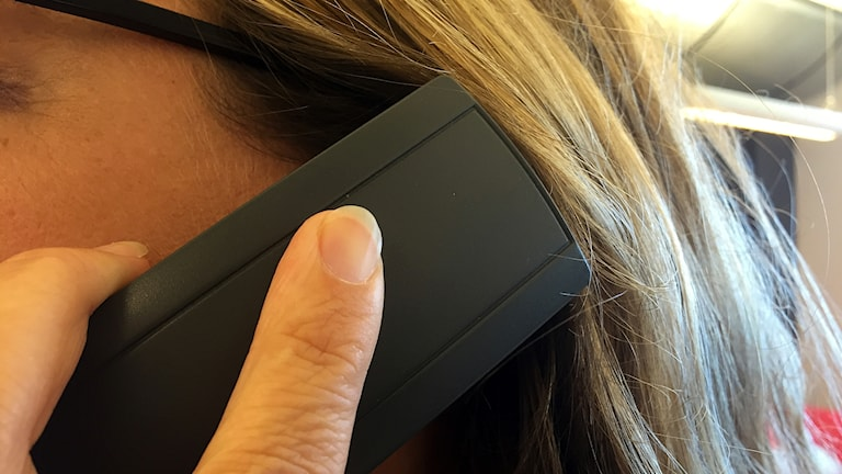 Kvinna som håller telefon (fast telefon) mot örat. 160831. Foto: Michael Ragnarsson/SR