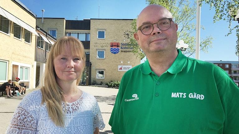 Kvinna och man står framför kommunhuset Strömsund