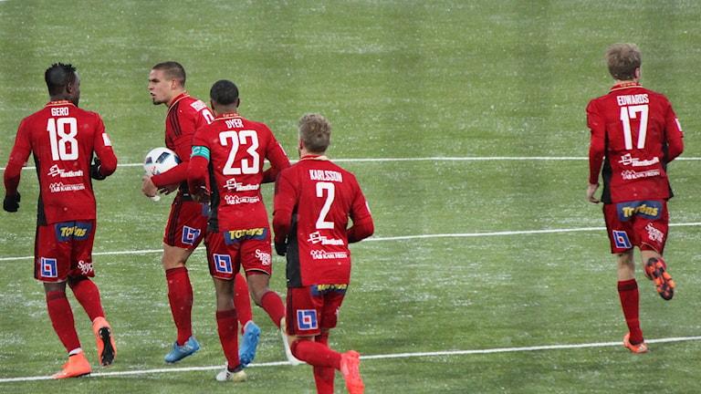 Fem ÖFK-spelare på fotbollsplan i snöfall