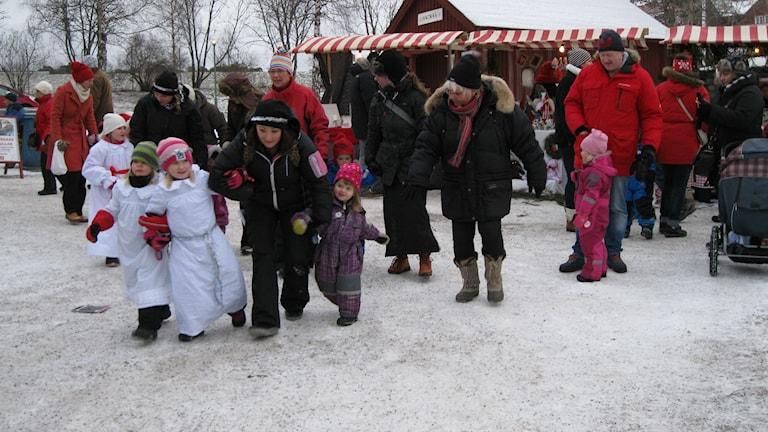 Barn dansar på Jamtlis julmarknad 2013