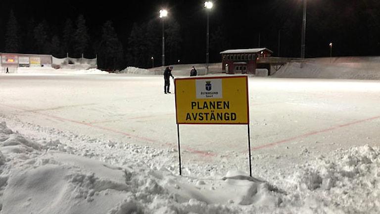 Nya bandyplanen i Östersund avstängd. Foto: Mats Portinsson.