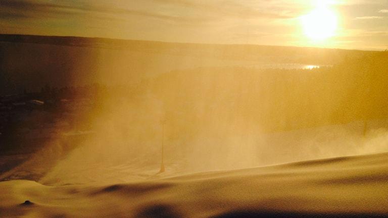 Snökanoner sprutar snö i Gustavsbergsbacken. Normalt brukar backen öppna kring jultid men det milda vädret har gjort det svårt att tillverka konstsnö och det har gjort att både Gustavsbergsbacken och Ladängen öppnar flera veckor senare än i år än vanligt. Foto: Jessica Brander/Sveriges Radio