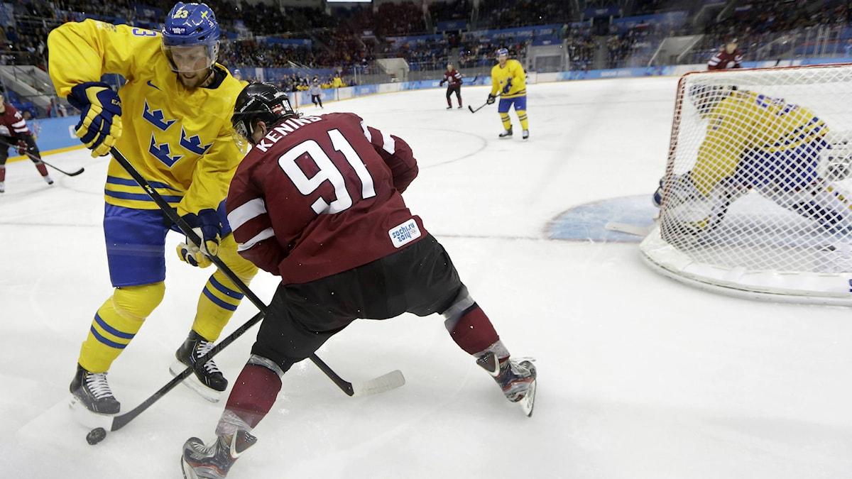 Alexander Edler i sin OS-debut med Tre Kronor, mot Lettland. 140215. Foto: AP Photo/Matt Slocum