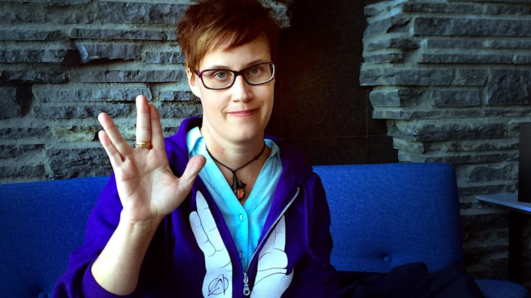 Liza Israelsson från Östersund gillar Star Trek. Här gör hon hälsningsgesten som blivit känd genom tv-serier och filmer.