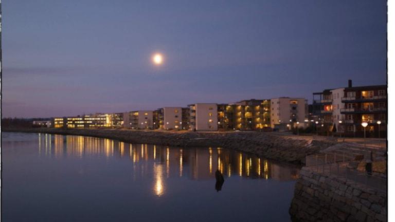 Morgonmåne över Steinkjer. Foto: Jörn Haudemann-Andersen. Bilden är något beskuren.