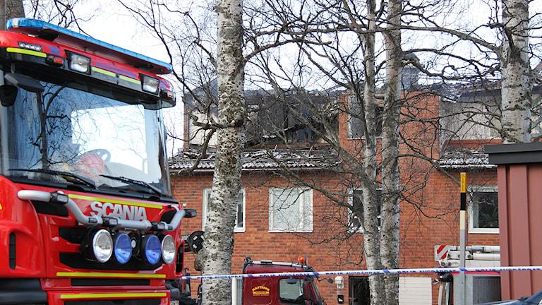 Branden orsakade stora skador i ett hyreshus på Eriksbergsvägen. Räddningstjänstens egen utredning visar på brister i släckningsarbetet. Foto: Janne Mårdberg/Sveriges radio.