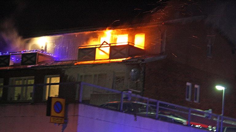 Det blev omfattande materiella skador på flerbostadshuset som brann på Eriksbergsvägen i Östersund, sent på måndagkvällen. Foto: Johnny Sundin.