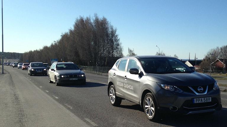 Bilar på vägen utanför Radiohuset. Foto: Annelie Lanner.