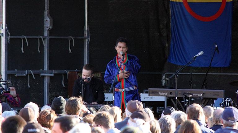 Jon-Henrik Fjällgren på scenen tittar ut över publiken
