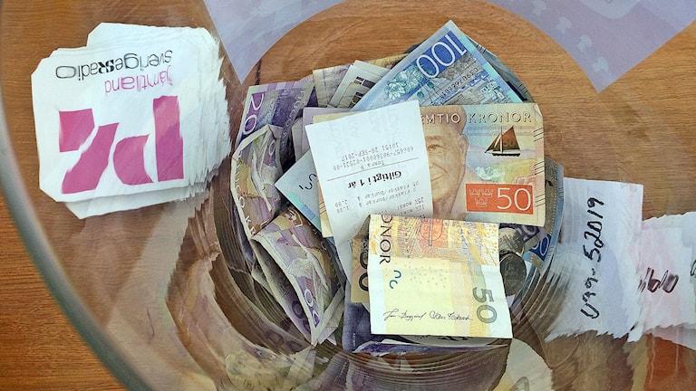 glasskål med pengar till världens barn