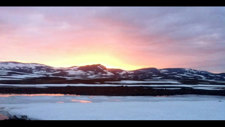 Vy över berg och solnedgång