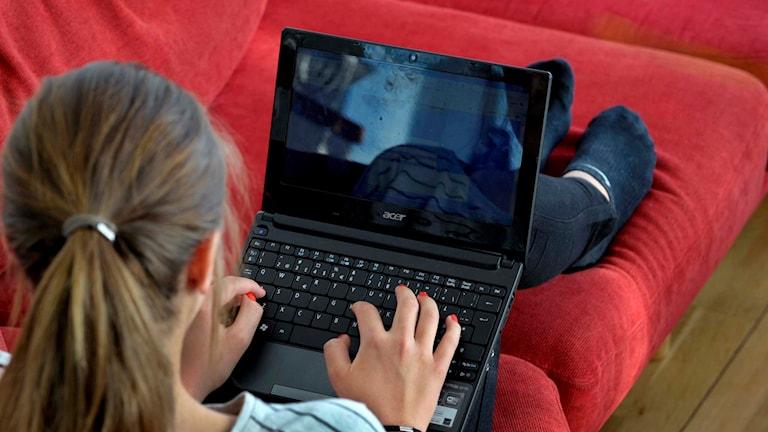 Okänd kvinna vid bärbar dator. Foto: TT