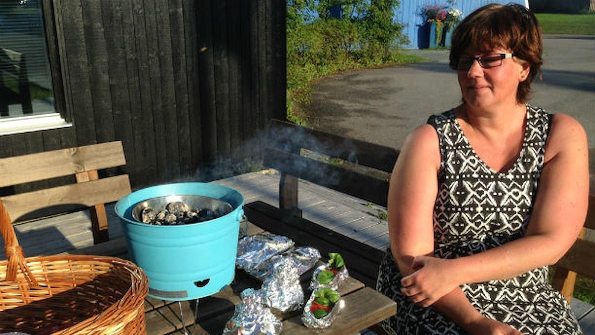 Anna-Karin Lagerström, matinspiratör från Svenstavik i matlagartagen utanför radiohuset på tisdagsmorgonen. Hon bjöd på matjesknyte, fetaostknyte och grillvärmd nektarin med färska hallon. Foto: Jessica Brander/Sveriges Radio.