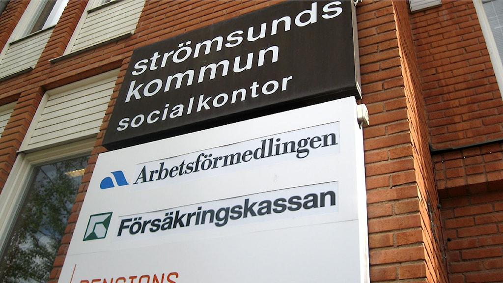 Socialkontor, Arbetsförmedlingen - skylt i Strömsund. Foto: Annelie Lanner/Sveriges radio.