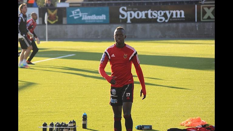 Modou Barrow värmer upp inför sista matchen med ÖFK