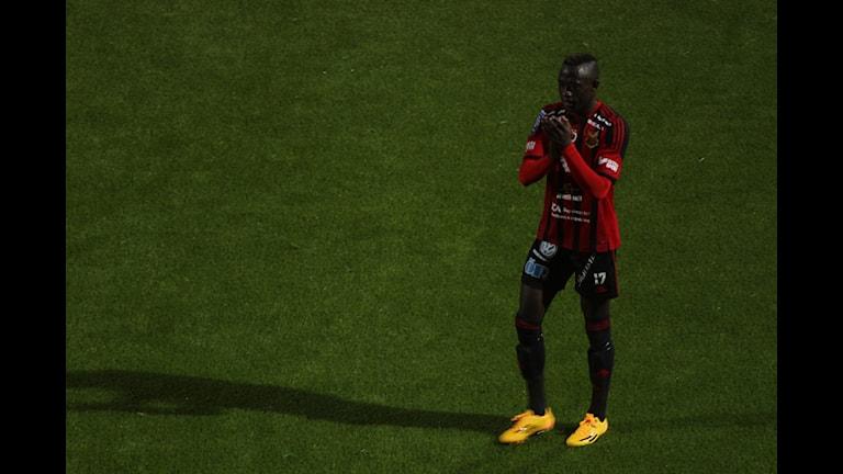 Modou Barrow tackar publiken efter sin sista match i ÖFK. Foto Björn Nordquist SR