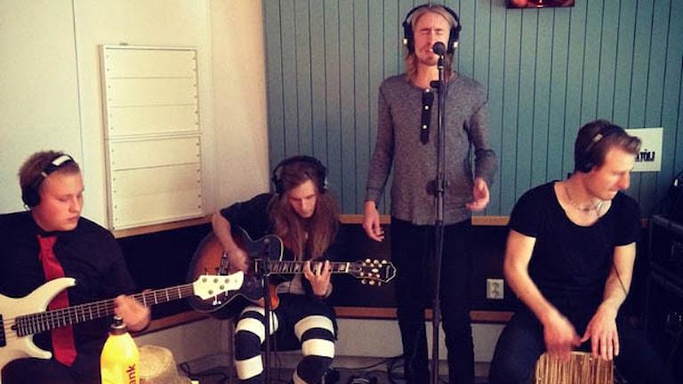 Niklas Henriksson, Jesper Lindgren, Jonas Eriksson och Tobias Reimbertsson  spelar och sjunger