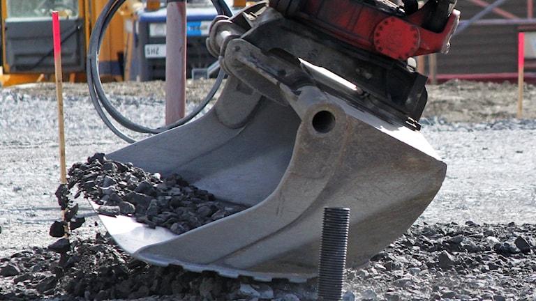 Grävskopa på byggarbetsplats