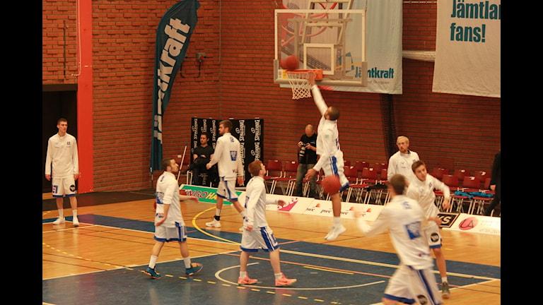 Uppvärmning för Jämtland basket inför matchen mot Borås. Foto: Björn Nordquist/Sveriges radio